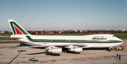 Boeing 747 společnosti Alitalia připraven k odletu
